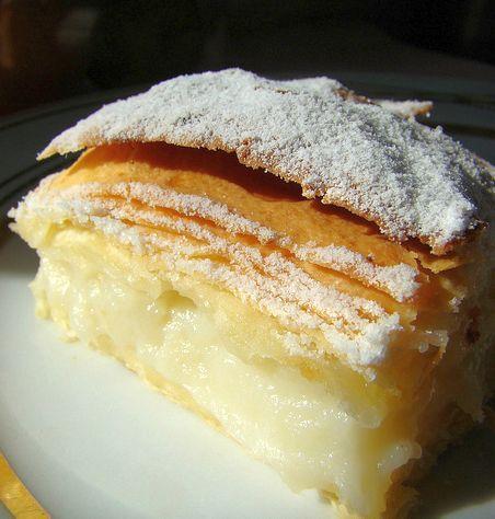 """İsminde börek geçse de aslında muhallebili, şerbetli bir tatlıdır Laz böreği. Lazca yerel adı """"paponi"""" olan, Doğu Karadeniz mutfağının bu özgün geleneksel.."""