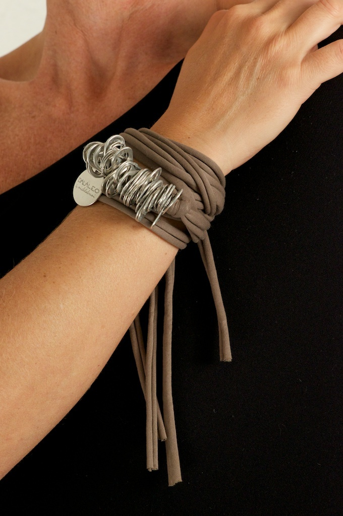 Bracelet Mod. Naxo - Recycled jersey and aluminum pull tabs #handmade in #Italy: discover our project about #upcycling #ecojewelery #ecodesign at http://www.dalaleo.com