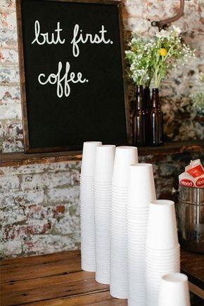 Decora tu coffee bar con tazas de café personalizadas y palillos para mezclar.