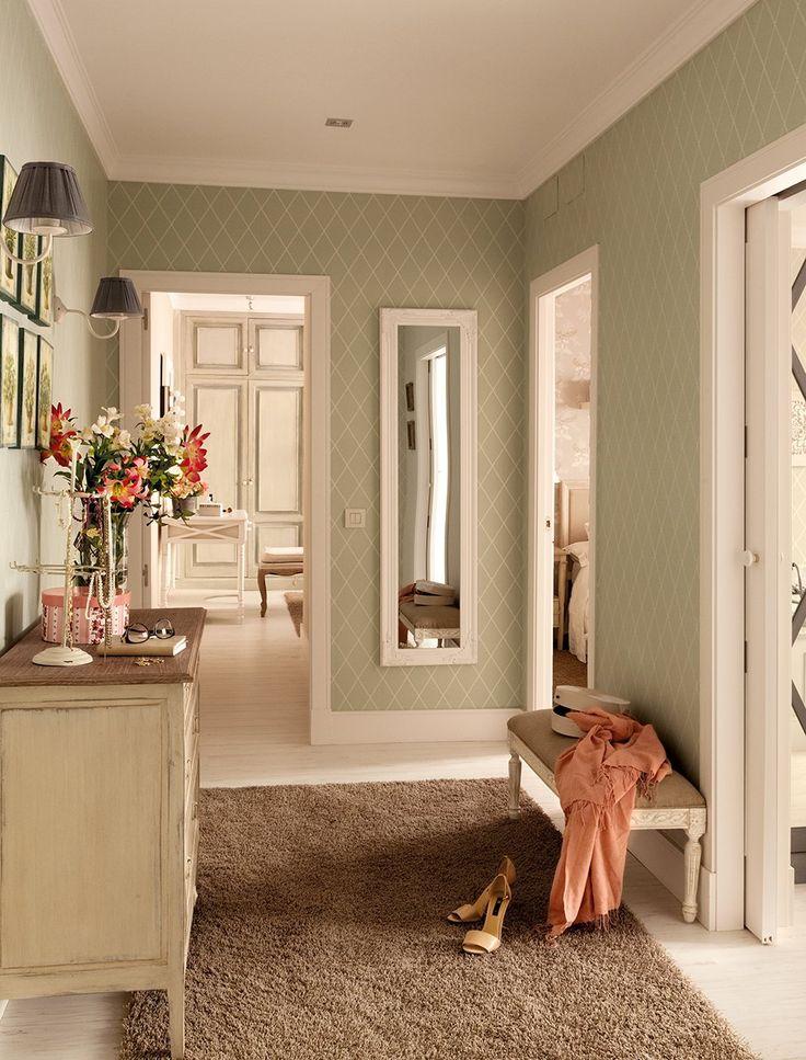 Distribuidor  Suelo de roble decapé de Arquiservi y alfombra de KP. La cómoda es de Oficios de Ayer. Espejo de Maisons du Monde.