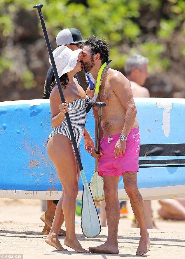 Eva Longoria và chồng José Bastón say đắm hôn nhau trên bãi biển ở Hawaii ngày 19/4 vừa qua      Nữ diễn viên phim Những bà nội trợ kiểu Mỹ khoe thân hình đầy đặn trong bộ áo tắm liền mảnh thanh lịch      Eva Longoria từng nhiều năm được bình chọn là mỹ nhân gợi tình nhất thế giới bởi tạp...  http://cogiao.us/2017/04/20/ba-noi-tro-kieu-my-eva-longoria-hanh-phuc-ben-chong-dai-gia/