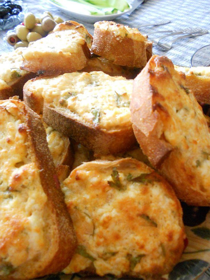 """""""Baharatlı ve Yumurtalı Ekmek"""" Sabah kahvaltılarının vazgeçilmezi, biraz değiştirerek baharat ekledik. Demesi size kaldı tabi ki...Afiyet olsun. http://www.lezzetlim.net/baharatli-ve-yumurtali-ekmek-tarifi.html"""