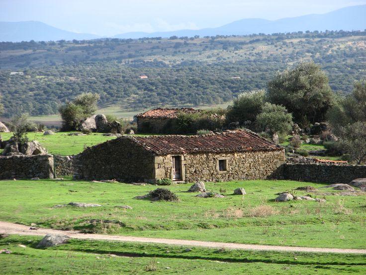 Otra foto de Los Pajares con una de sus construcciones rectangulares de uso ganadero.