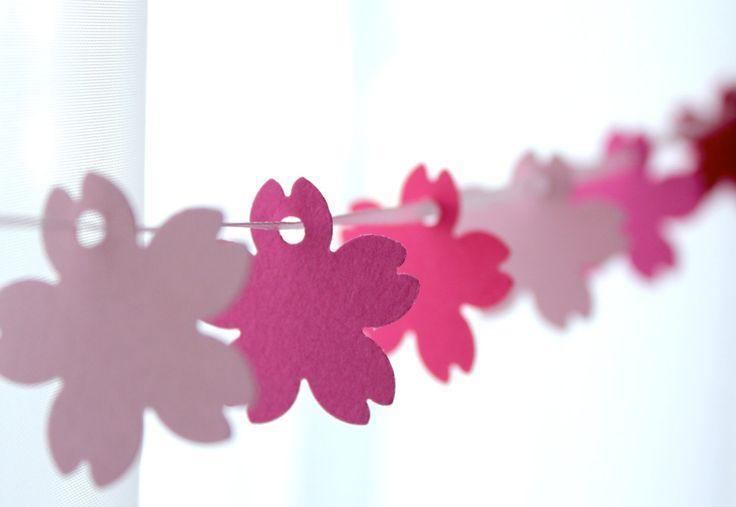 春のインテリアにおしゃれな、手作りの桜のガーランドをいろいろ集めました。 ソメイヨシノや八重桜など、どれも紙素材で簡単に作れる桜ガーランドの作り方です。 桜の季節のお部屋のデコレーションに、とてもかわいいです。  カラフルな桜ガーランド    桜のテンプレート(下)を使って、白やピンクの桜色の画用紙を何色か使って桜を作ります。 花びらにパンチャーで小さく穴をあけて、そこに紐を通すのは簡単ですが、お花がずれないように、通す紐は滑りにくい素材のリボンや麻ひもなどを使う工夫が必要です。    型抜き桜ガーランド    クラフト用の桜パンチを利用すれば、簡単に綺麗に桜を切り抜いて、おしゃれなデコレーションが作れます。  桜色の厚紙か画用紙を丸くカットして、真ん中に桜パンチで切り抜きます。  切り抜いた桜と切り抜かれた丸型を、交互に紐やリボンに通してつなぎ合わせます。   ...