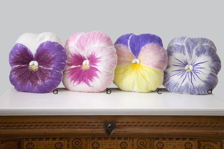 Stiefmütterchen Filzkissen // Pansy felt pillow by Ivas-Blumenladen via DaWanda.com