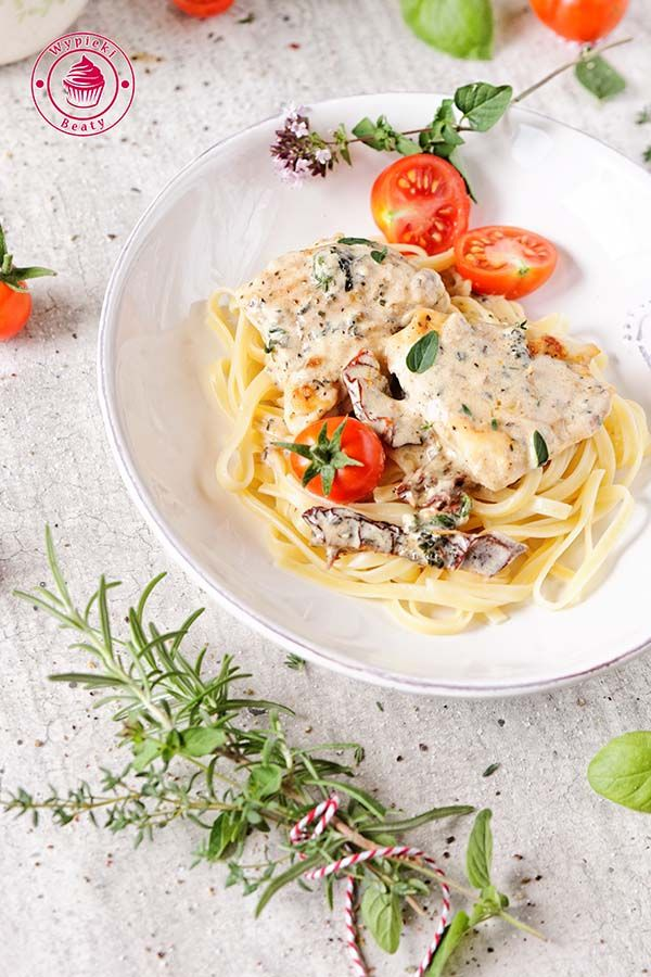 piersi kurczaka w pomidorach - creamy chicken with dried tomatoes and spinach
