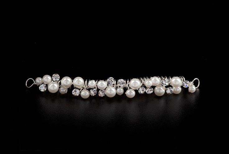 Schleierabschluss Perle      Schleierabschluss von Achberger     Dekorativer Schleierabschluss, besetzt mit kleinen Perlen in creme und funkelnden Ziersteinen     An den Enden befinden sich kleine Ösen zur einfachen Befestigung