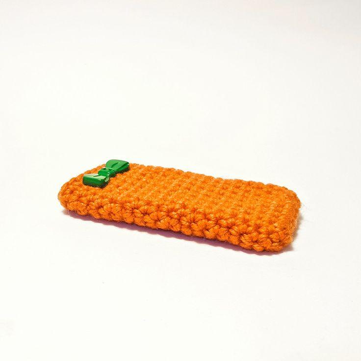 Custodia per smartphone IPhone 5/5S in lana color arancio e piccolo fiocco in plastica verde brillante come decorazione.
