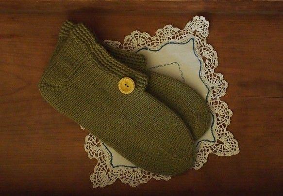 祖母の手づくり毛糸の靴下にブロカントの古いボタンを合わせました。どれも1点物で再販は出来ませんので、サイズが合う方はオススメです。こちらはお色カーキ系 ボタン...|ハンドメイド、手作り、手仕事品の通販・販売・購入ならCreema。