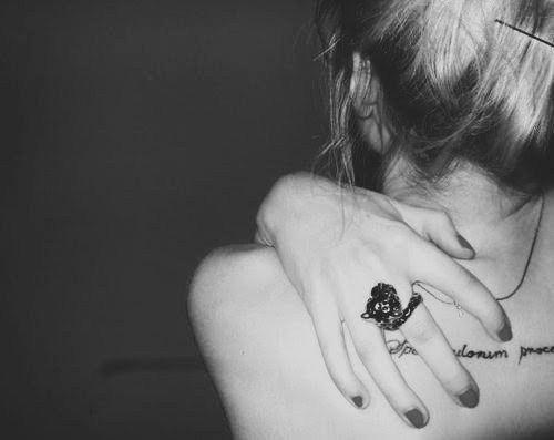 Porque entre el lunes y el martes me sobra tiempo para necesitarte. Por qu me miento si digo que tu mirada no fue mi mejor testigo? Porque aunque ya no me duelas, a veces busco tu nombre en mi chistera, porque an no vino el olvido para llevarse el ltimo de tus abrigos. Por los besos que nos quedan en la boca, por los miles de homenajes que nos dimos, por nadar y no guardar nunca la ropa, por los dedos juguetones del destino.  Porque fuimos lo que fuimos...