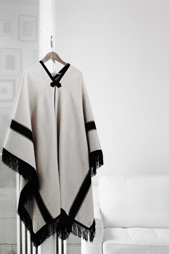 Poncho Valles Calchaquies : 100% fine sheep's wool hand spun and woven by loom - ecru wool has the natural color without dyeing - black wool dyed with coal and ashes