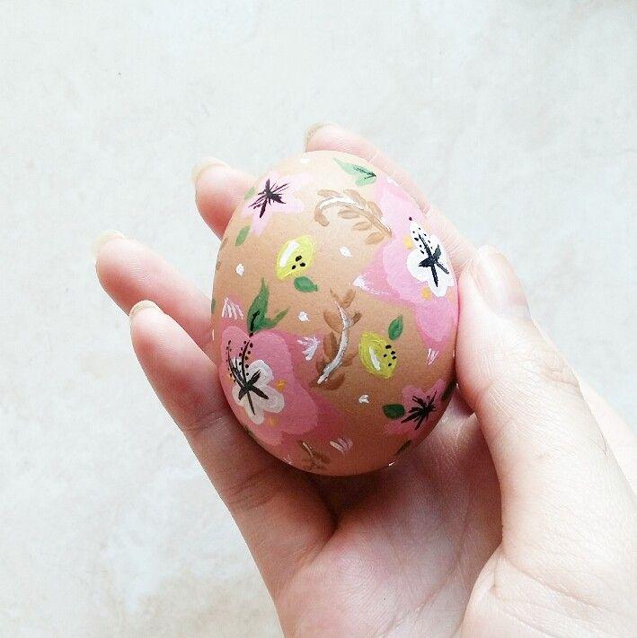 Painted spring flower themed easter egg  Instagram @qmjft