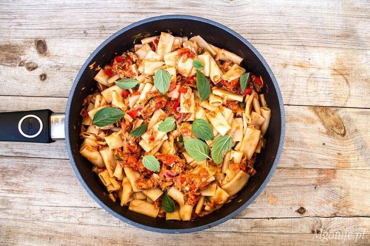 Makaron z tuńczykiem, papryką i pomidorami to świetny pomysł na lekki obiad czy…