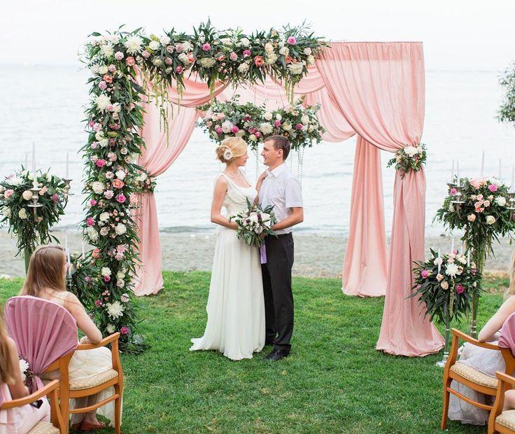 Церемония у воды - это всегда красивый фон, позволяющий сделать конструкции более открытыми.
