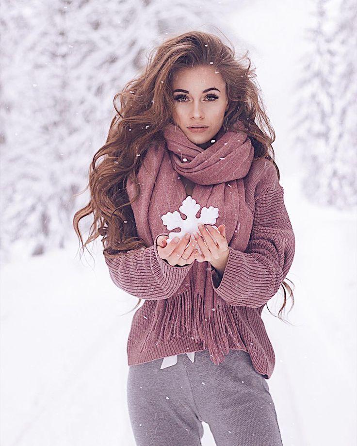 На данном изображении может находиться: 1 человек, стоит, снег и на улице