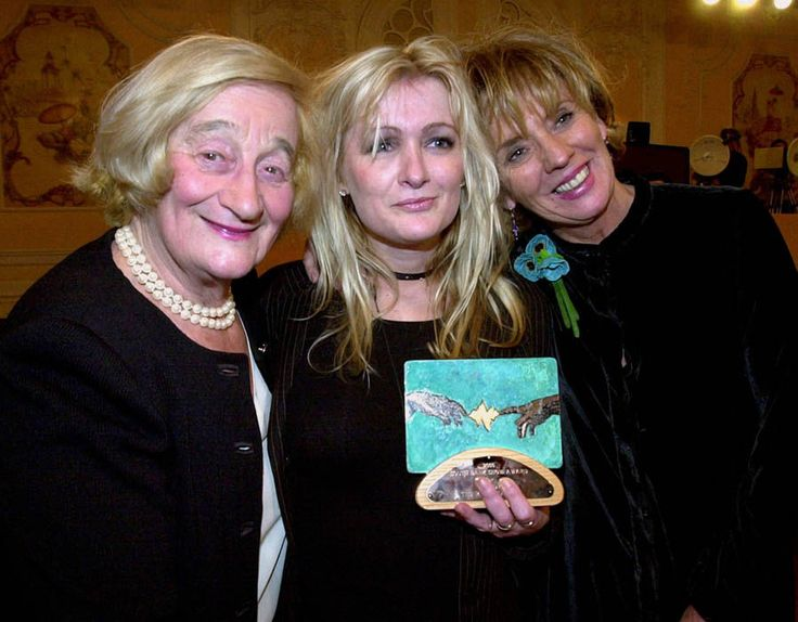 Caroline Aherne with fellow stars of The Royle Family, Liz Smith and Sue Johnston after they won the Comedy Award at the South Bank Awards. Lovely pic. <3
