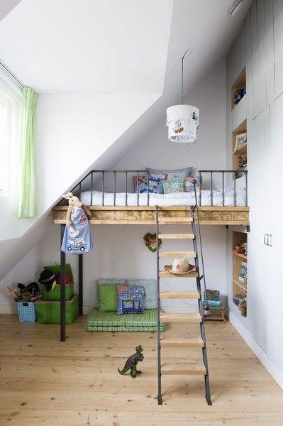 Lit mezzanine très bien pensé - rangements intégrés sur le côté, jolis matériaux. La longue échelle d'accès est unique !