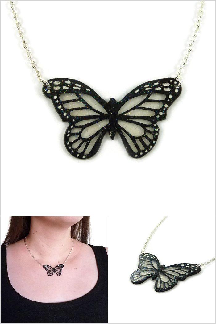Collier petit papillon monarque transparent et noir finement pailleté - Bijou fantaisie réalisé sur commande par @savousepate à partir de plastique recyclé (CD) - Idée cadeau femme, bijou féérique
