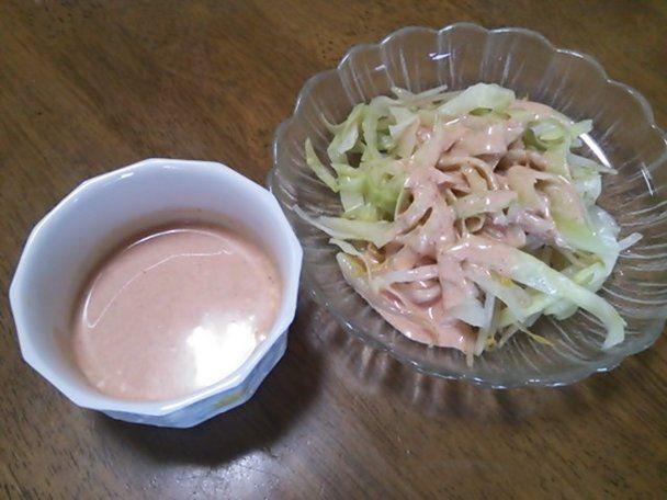 【nanapi】 はじめに手軽に作れてヘルシーなサウザンドレッシングの作り方を紹介します。サウザンドレッシングはクセがなくどんな野菜にも合うドレッシングです。材料(2人分)マヨネーズ大さじ1ケチャップ大さじ1牛乳大さじ1レモン1/8個(レモン汁大さじ1)砂糖小さじ1/...