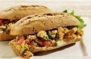 Roerei met gebakken tomaat en uien recept - Brood - Eten Gerechten - Recepten Vandaag