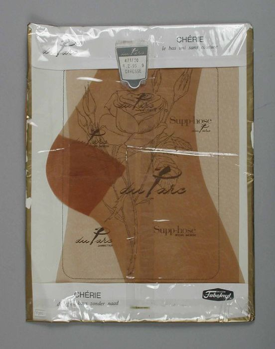 "Paar lichtbruine nylonkousen in hun originele verpakking, ""Du Parc / Chérie / Caresse"""
