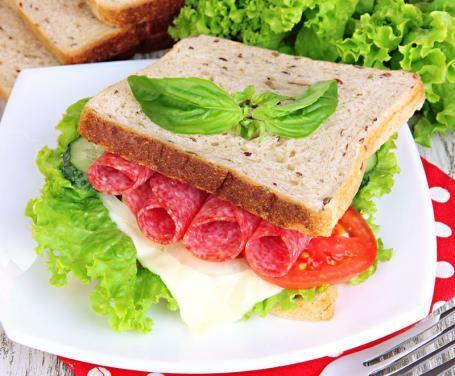 Il panino al salame è perfetto per un pranzo al sacco, un pasto consumato velocemente in pausa pranzo o uno spuntino di pomeriggio!