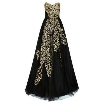 Rochie de seara lunga spectaculoasa, de culoare neagra. Este fara bretele, are decolteu tip inima, iar in partea din fata este decorata cu o superba broderie aurie, care ii ofera un plus de stralucire. Fusta este ampla, din tul fin. Este o rochie de calitate, potrivita pentru o petrecere exclusivista sau banchetul de absolvire, unde vei fi o aparitie de neuitat.