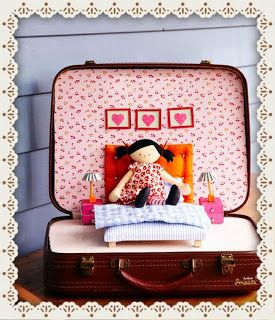 LOVELY DOLL HOUSE IN A SUITCASE/CASA DE MUÑECAS EN UNA MALETA