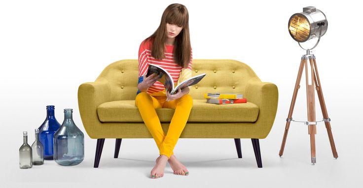Das Ritchie 2-Sitzer-Sofa in Ockergelb bringt ein Stück Dänemark ins Wohnzimmer.