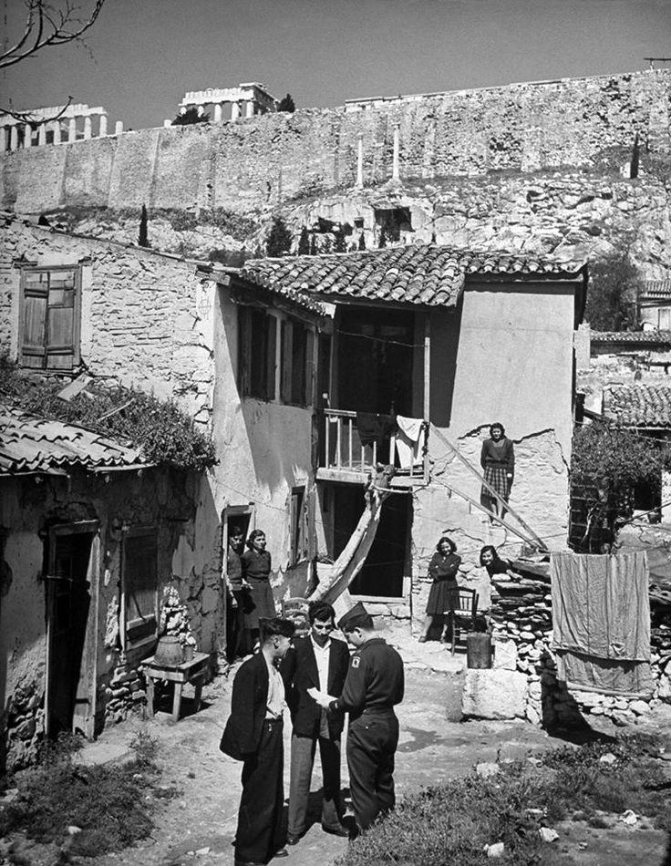 Nat R. Farbman, Μάρτιος 1946, Αθήνα, παρατηρητής της διεθνούς επιτροπής συνομιλεί