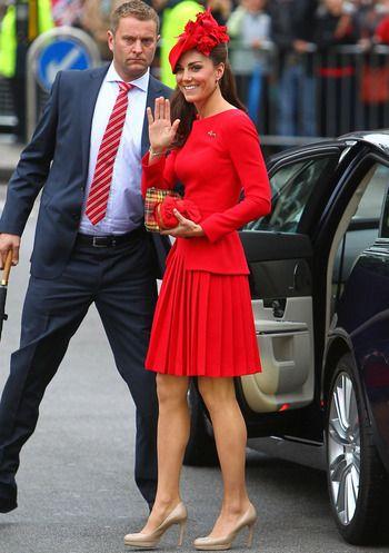Kate Middleton con este look lady de Alexander McQueen con falda tableada y cuerpo de manga larga de la colección Pre Fall 2011 y zapatos nude