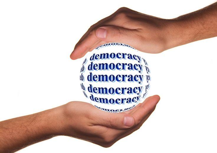 """Democracia y mayoría. Si nos atenemos al significado estricto y etimológico de la palabra democracia, entendemos por esta """"el gobierno del pueblo"""", diferenciándose de aristocracia (el gobierno de los nobles), plutocracia (el gobierno de los ricos) o tiranía (el gobierno ejercido por un usurpador del poder)."""