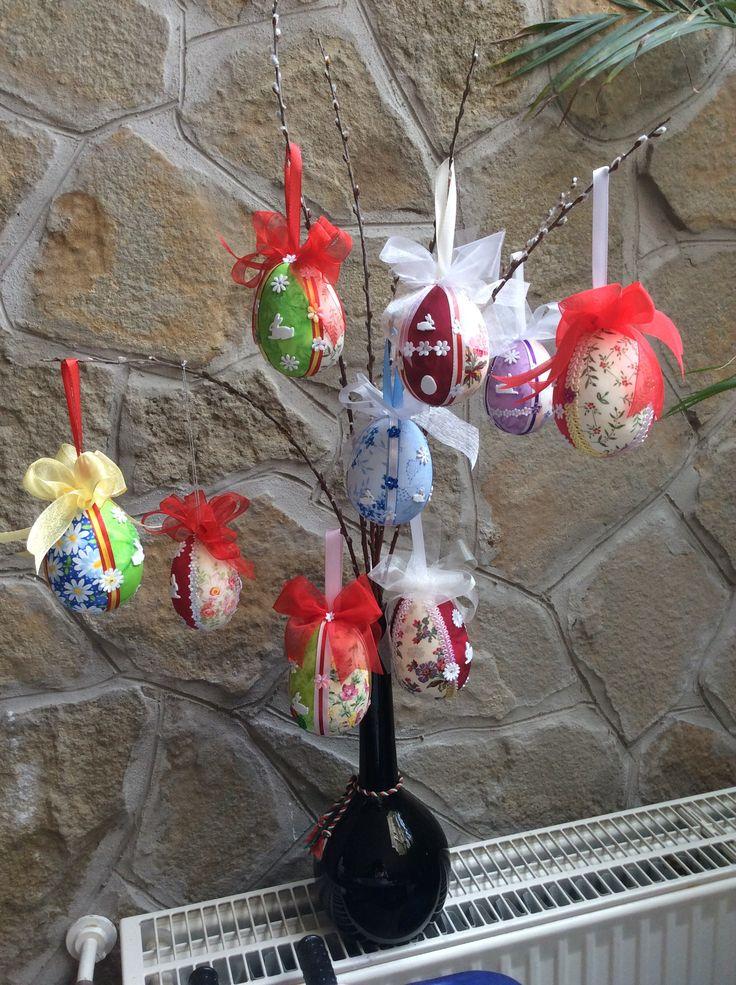Húsvéti dekoráció (Hungarocell tojások feldíszítve textillel,szalagokkal és húsvéti figurákkal)