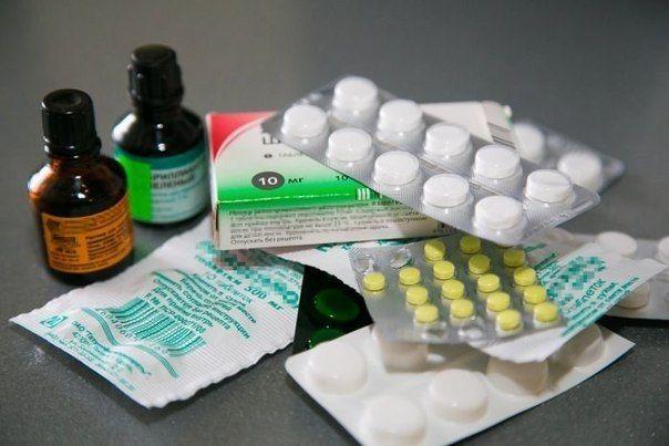 8 ЛЕКАРСТВ, КОТОРЫЕ ВСЕГДА НУЖНО НОСИТЬ С СОБОЙ! 1. Универсальное средство – парацетамол (7 рублей). Это самое популярное лекарственное средство в мире. На его основе выпущено несколько десятков лекарств (Панадол, Эффералган). Парацетамол оказывает обезболивающий эффект (головная и зубная боль), жаропонижающий и незначительный противовоспалительный. В определенных дозировках считается безопасным для детей. Нельзя принимать людям с больной печенью. Ибупрофен (10 рублей) обладает лучшим…