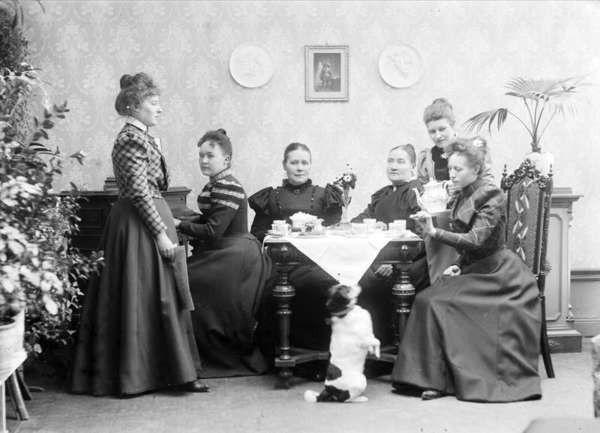 Kvinnor-runt-kaffebord-Uppsala-1899.jpg (600×433)