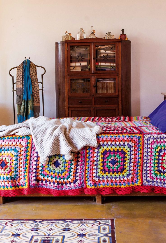 Dormitorio romántico y vintage con manta tejida a crochet, y ropero de madera maciza comprado en un viaje familiar a San Antonio de Areco.