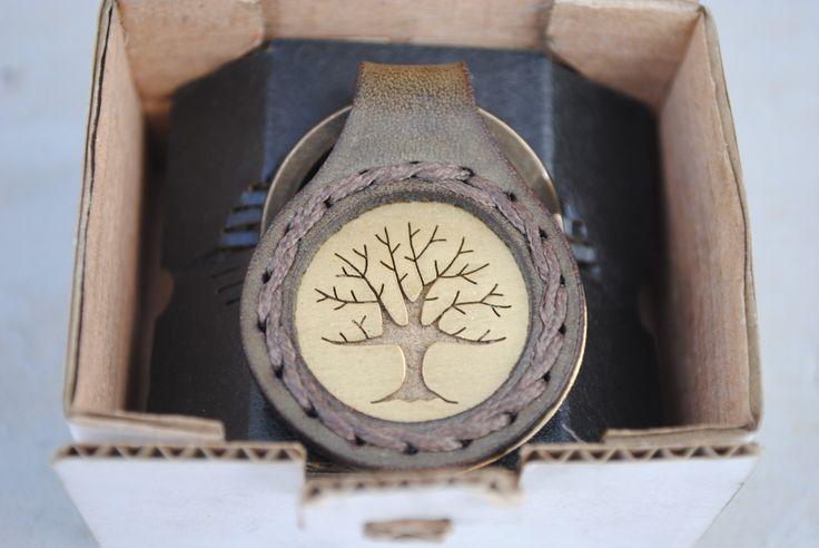Portachiavi in cuoio e ottone cucito a mano e con Albero della Vita traforato a mano. Disponibile anche in rame e argento 925.