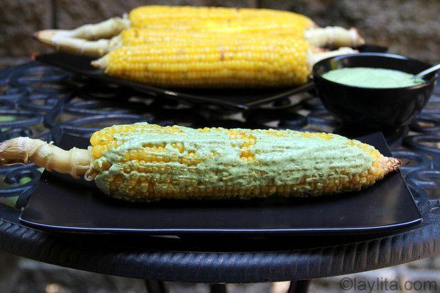 Choclos asados o maíz asado a la parrilla con una deliciosa salsa de queso fresco y cilantro