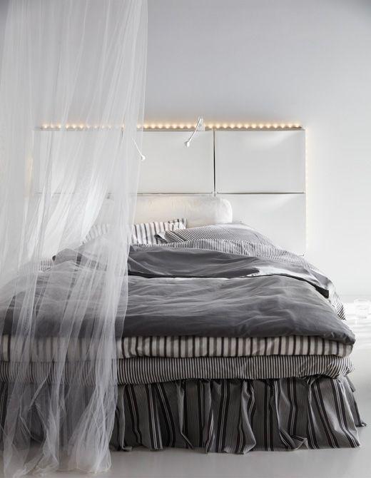 Höhenverstellbarer Schreibtisch Ikea Test ~ Sechs IKEA TRONES Aufbewahrungen in Weiß ergeben ein Kopfteil für