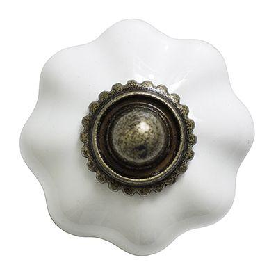 Gałka do mebli biały kwiat Gałka do mebli kwiat wykonana z białej błyszczącej ceramiki marki Nordal. Klasyczny, elegancki kształt odmieni stary/nowy mebel.  Średnica 4 cm