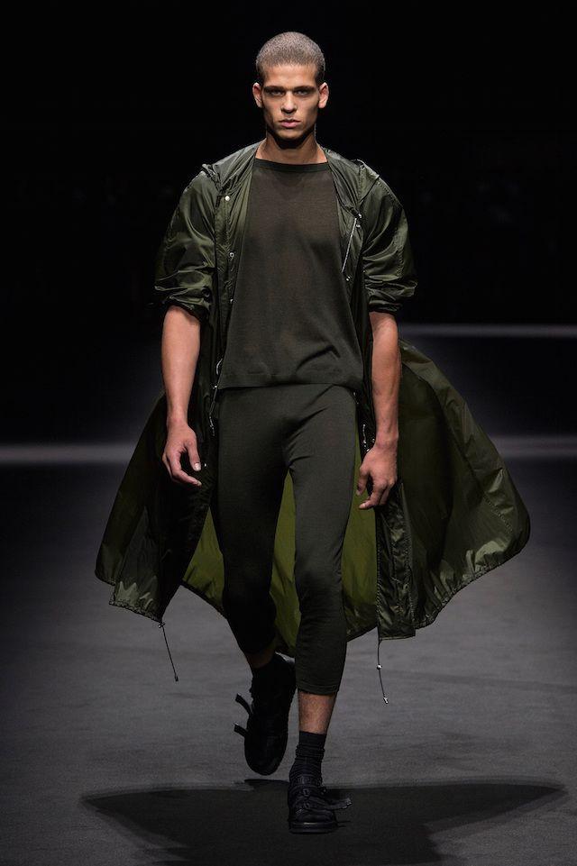 ミラノ ファッションウィーク期間中にあたる18日、Versace (ヴェルサーチ) による2017年春夏メンズコレクションが発表された。