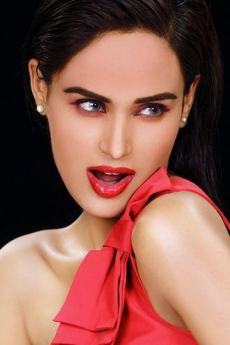 Pakistani supermodel Mehreen Syed set for Bollywood