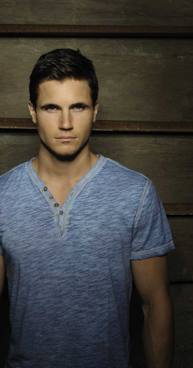 Robbie Amell, cousin of Stephen