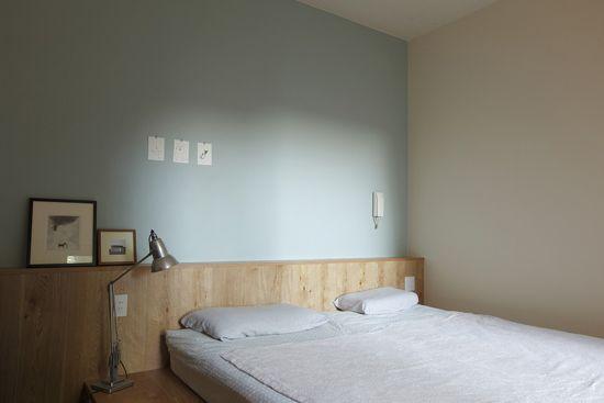 寝室は壁を水色に塗装し、落ち着いた雰囲気