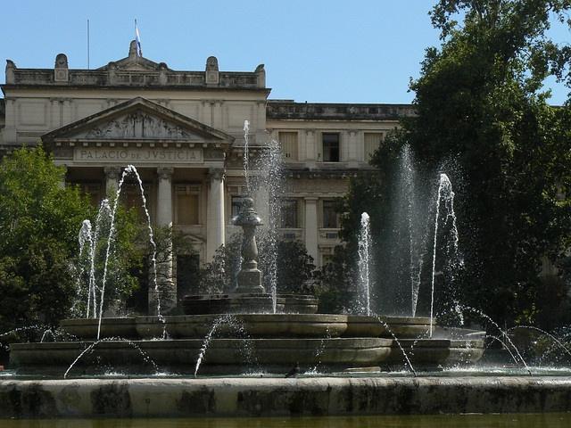 Al fondo se observa la fachada del Palacio de Justicia. En el frente, la fuente del Paseo Sobremonte.