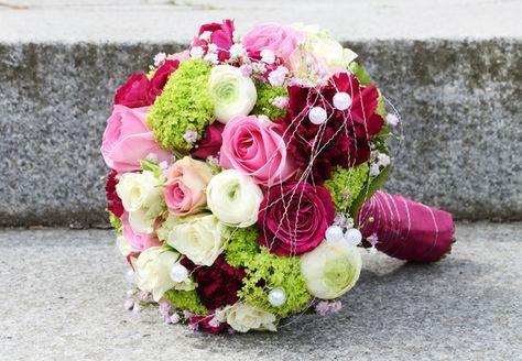 Ein #Traum in #apfelgrün #pink #rosa und #creme ist dieser #schöne #Brautstrauß - den passenden #Anstecker für den #Bräutigam gibt es in unserer Anstecker-Pinnwand - #weddingdecor #bride #bouquet #wedding #ideas #bridebouquet