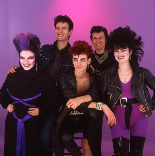 En general la música de la Movida se caracteriza por un espíritu irreverente y lúdico, con influencias del punk y la música Nueva Ola que era una influencia de EE.UU. En Bilbao la Movida tenía mucha presencia. Alaska y los Pegamoides eran un grupo popular de la Movida.