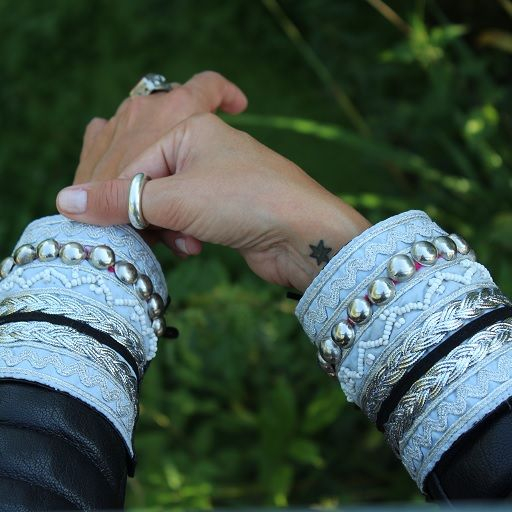 Decora puños en tonos celeste, con adornos en plata. Transforma tus chaquetas!!! http://www.indiemaison.com