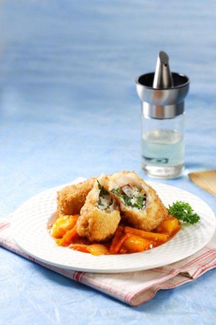 Ikan gulung asam manis ini merupakan hidangan kreasi dari ikan asam manis yang sering Anda nikmati.