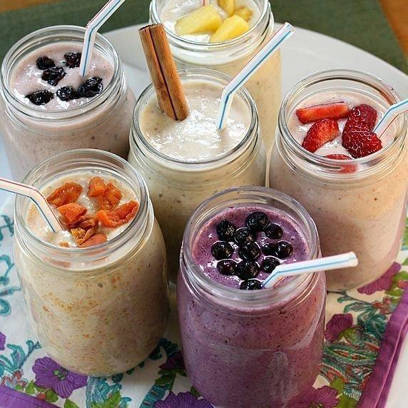 Полезные рецепты фруктовых Смузи с овсянкой для похудения на завтрак или перекус  В каждый из коктейлей, представленных здесь, входят семена чиа. Это удивительно полезный продукт. В них содержится много белка, кальция, витамина В, антиоксидантов, ненасыщенных жирных кислот Омега-3. Семена чиа замедляют преобразование крахмала в сахар, тем самым помогая регулировать баланс сахара в крови.  К тому же, они поглощают воды в 10 раз больше своего веса, превращаясь в желеобразную субстанцию…